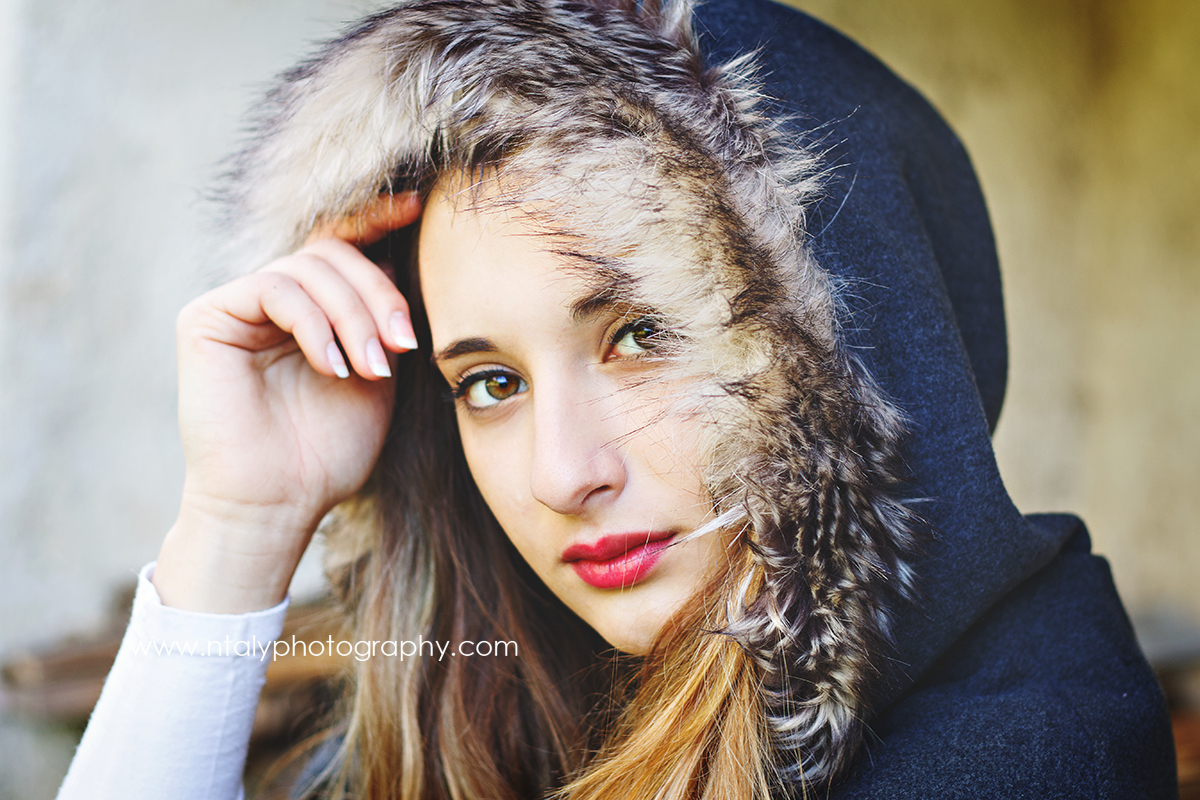 jeune femme cape rétro noir et blanc