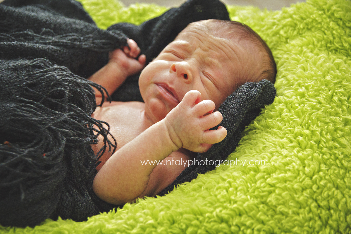bebe nouveau ne nourrisson éternuement