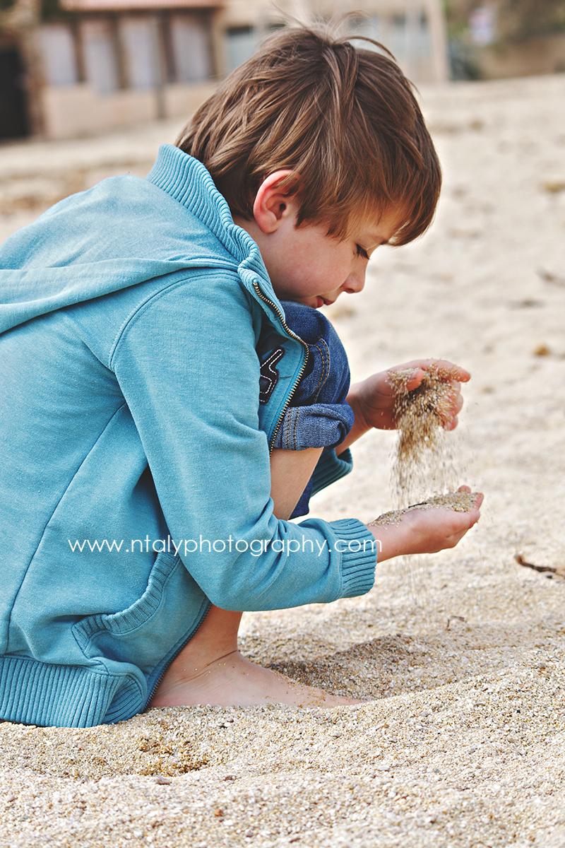 enfant joue sable plage
