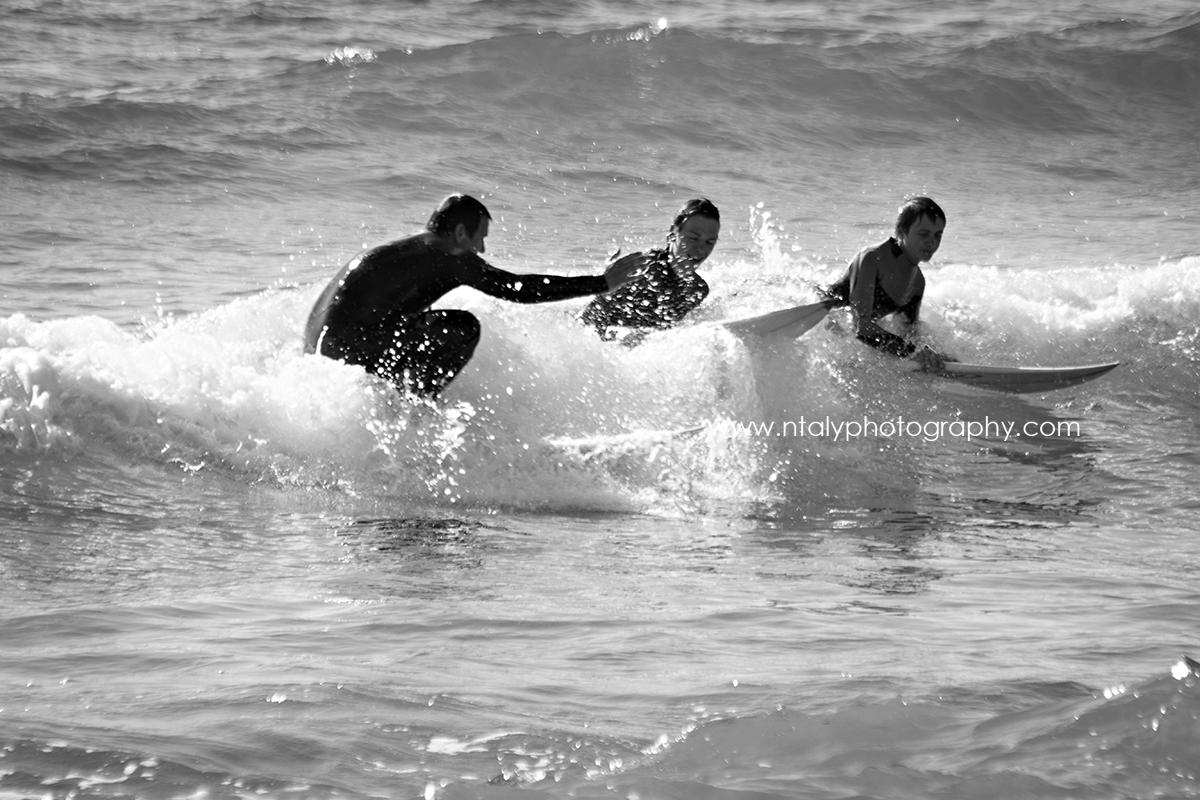 3 surfeurs père et fils sur la même vague