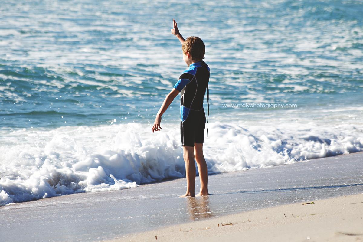 enfant signe bord de l'eau