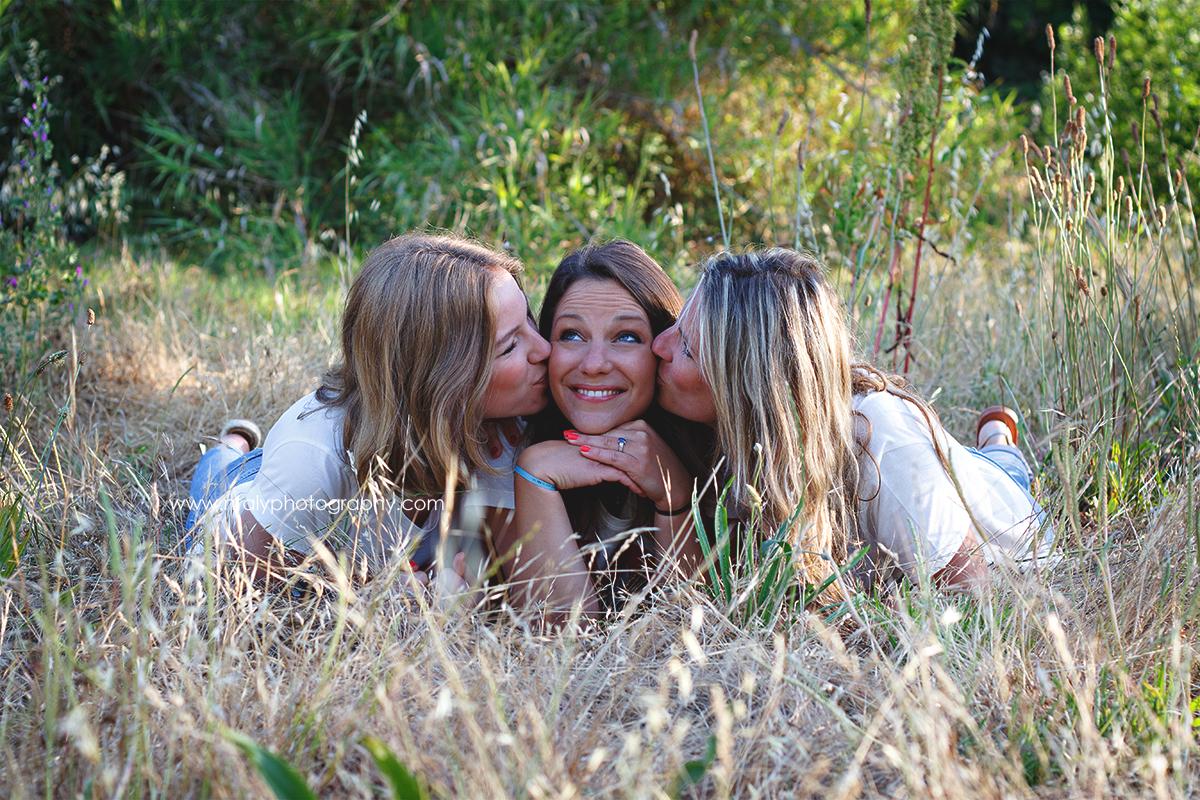 3 soeurs bisous câlin