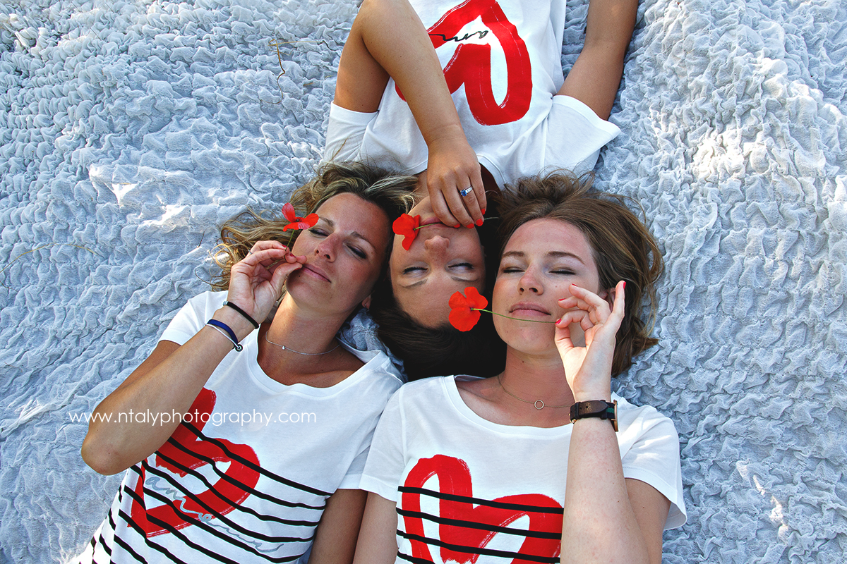 3 soeurs allongees herbe coquelicot