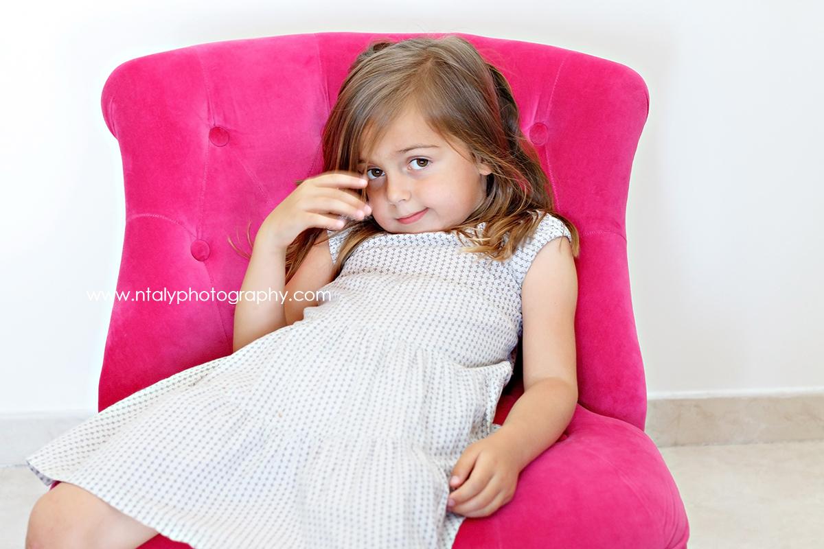 petite fille princesse fauteuil rose