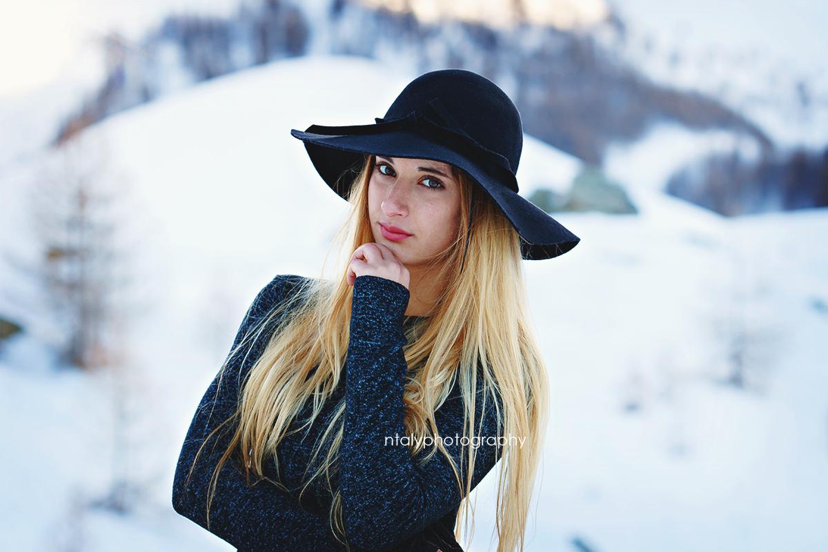 jeune femme blonde neige montagne