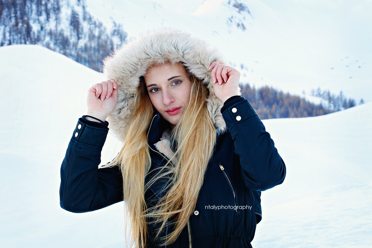 jeune femme doudoune capuche