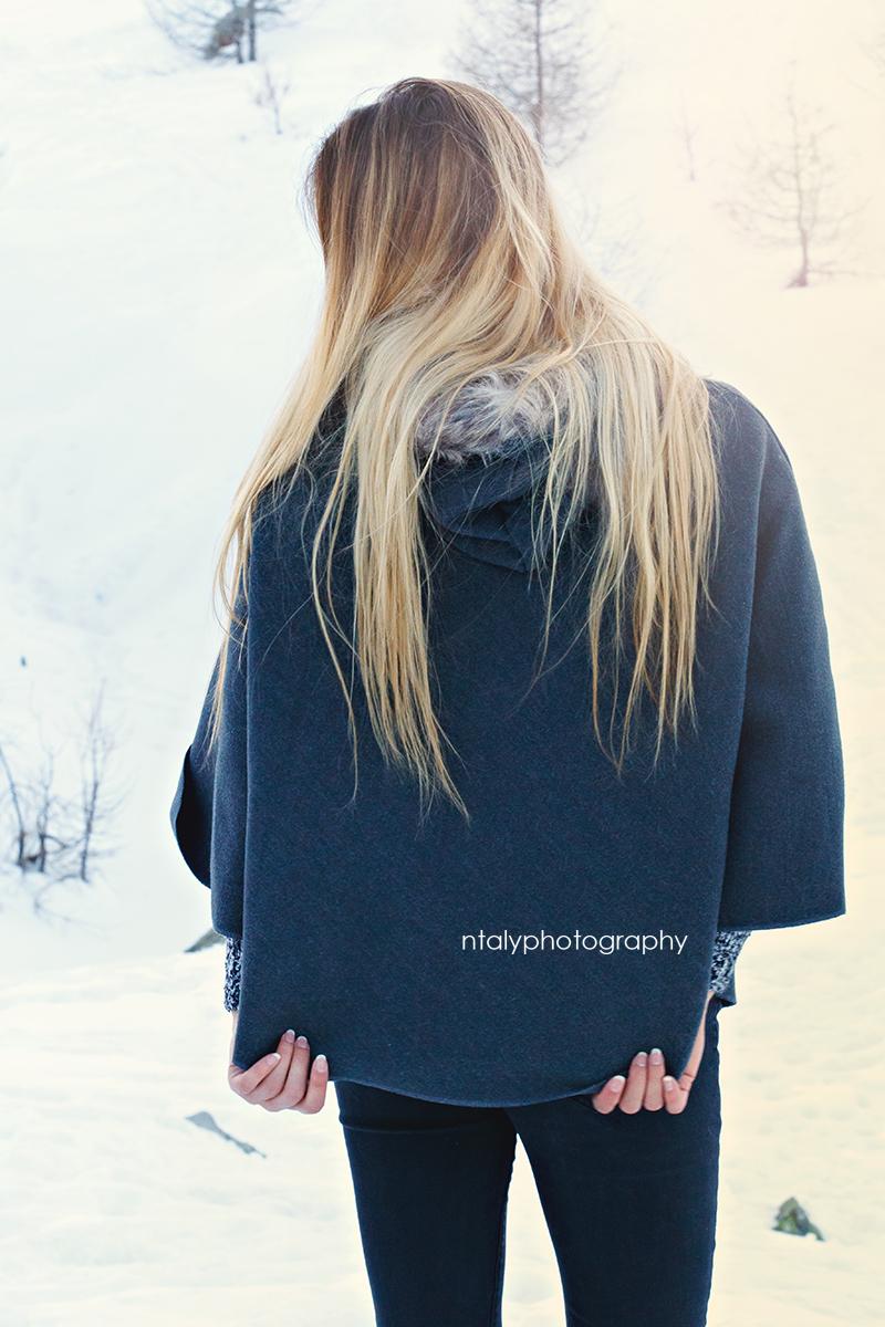 jeune femme cheveux longs blonds cape
