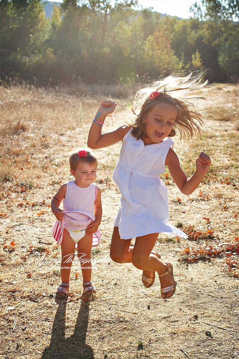 fillettes saut champs