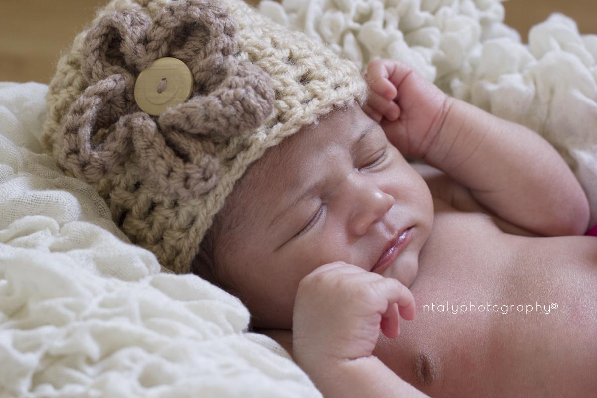 photo nouveau né bébé fille panier accessoires fleurs bonnet