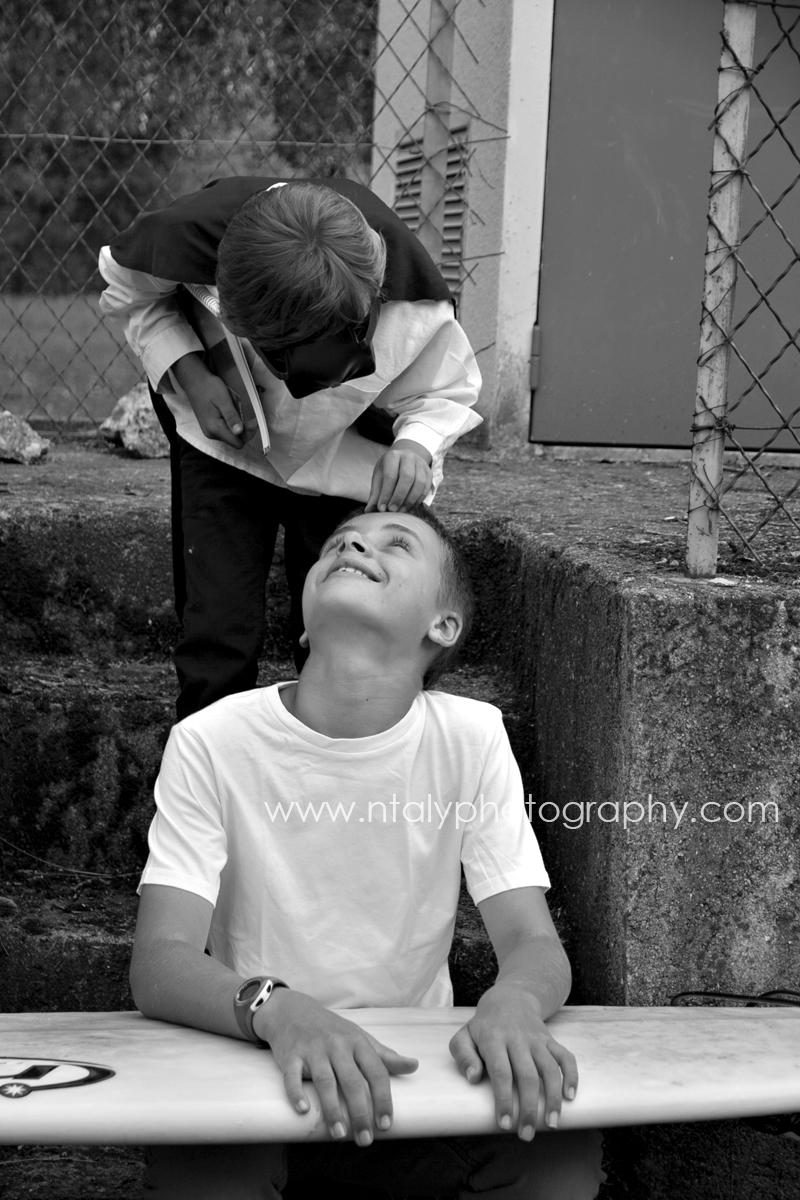 photo rentrée noir et blanc frères amour