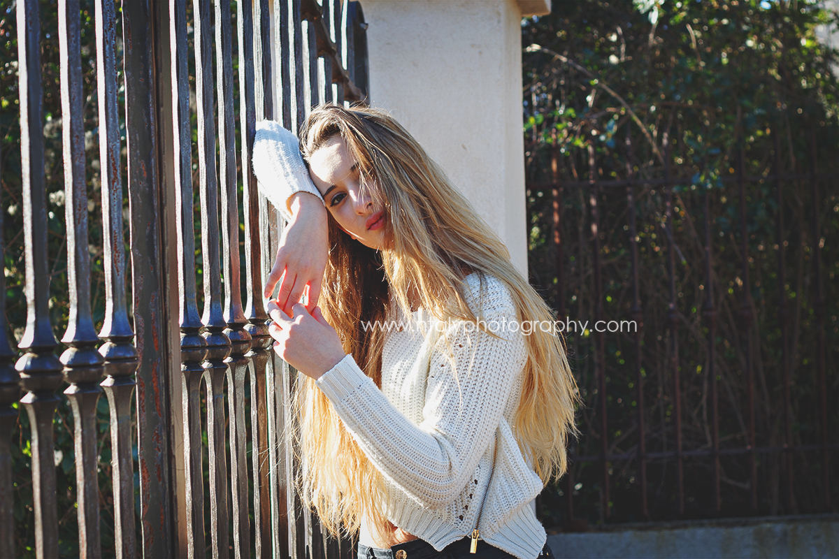 jeune femme pose grille