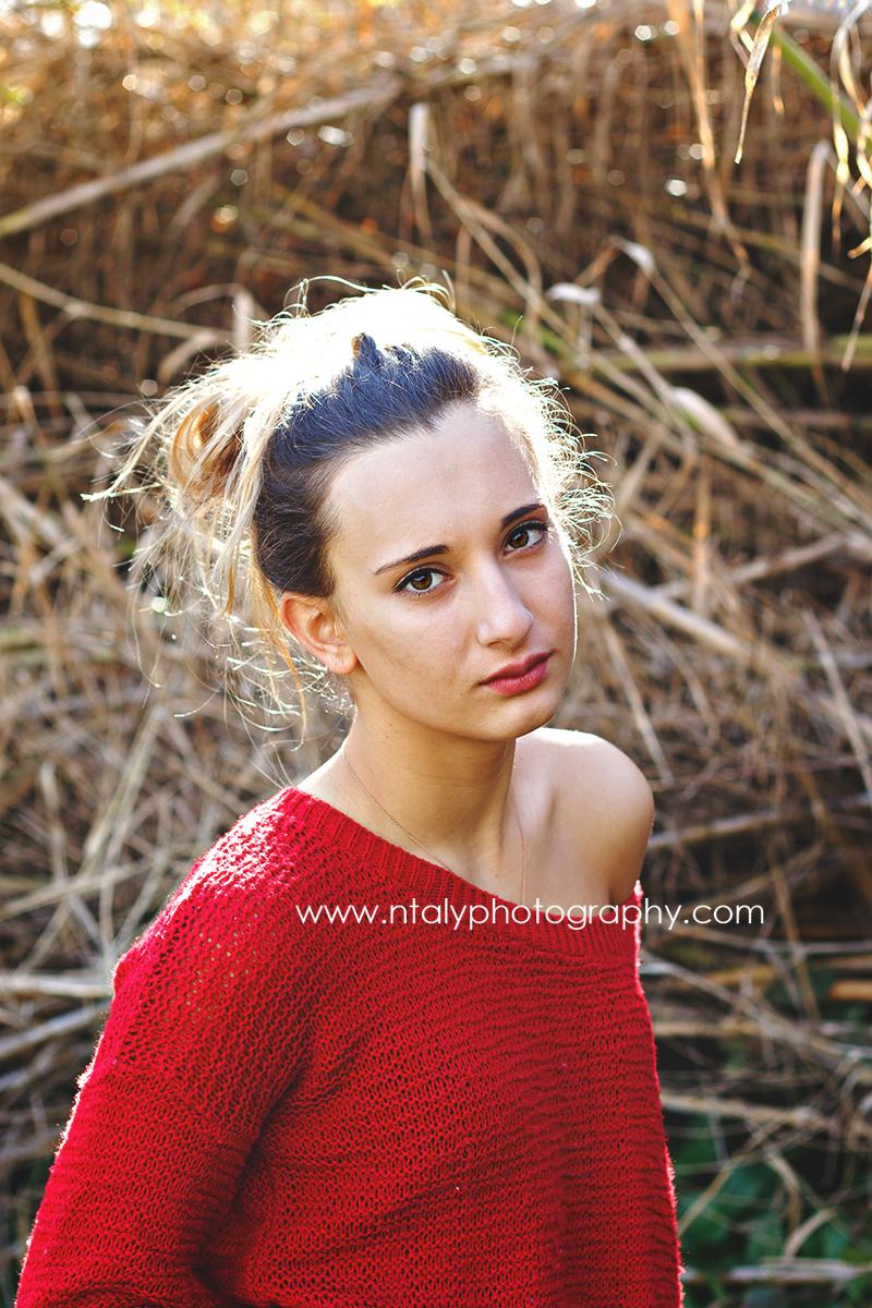 jeune femme pull rouge