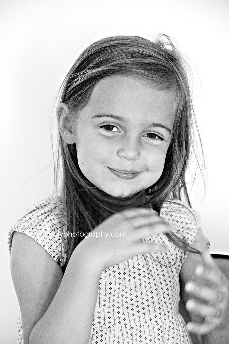 fillette sourire pose photographe