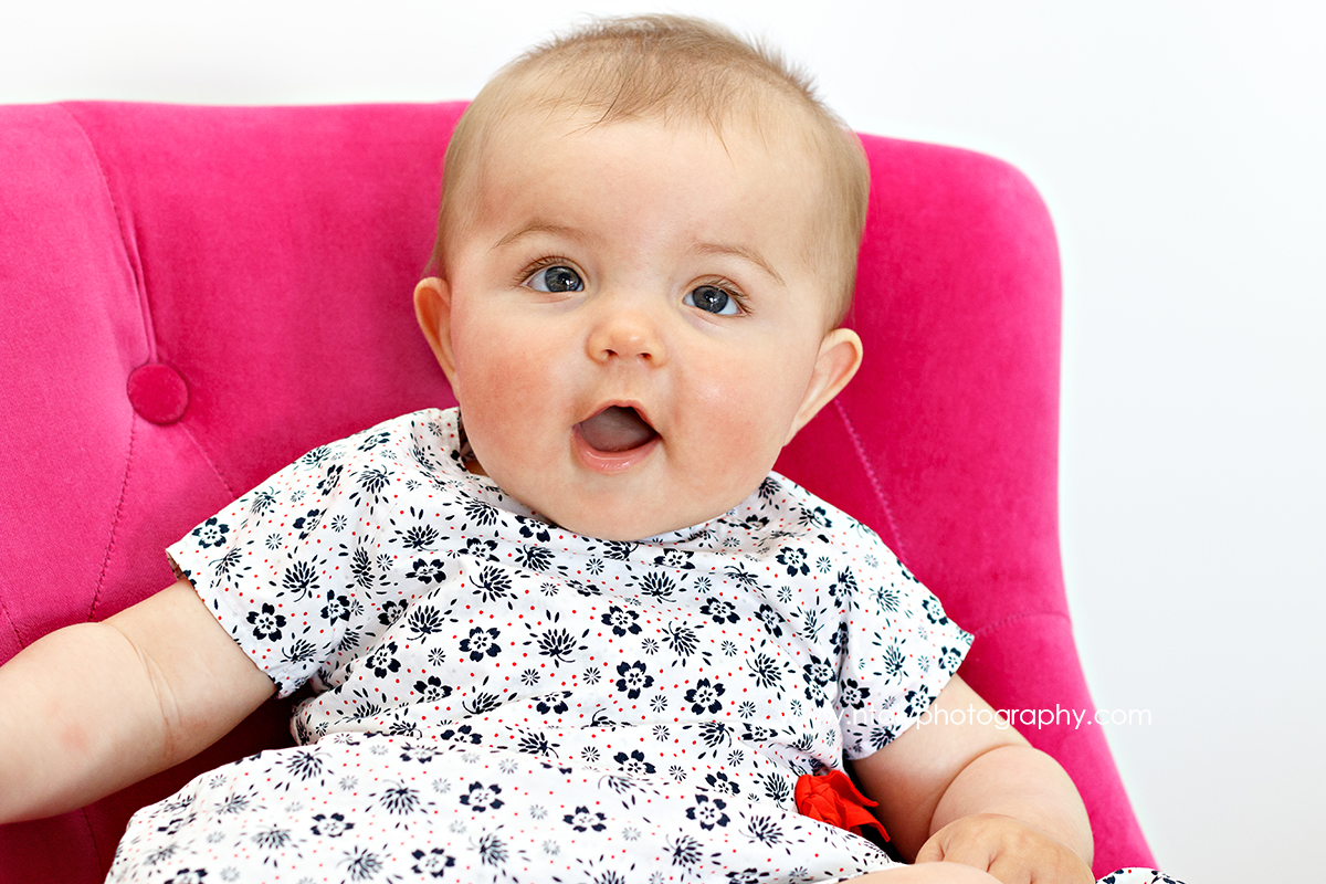 bebe fille fauteuil rose