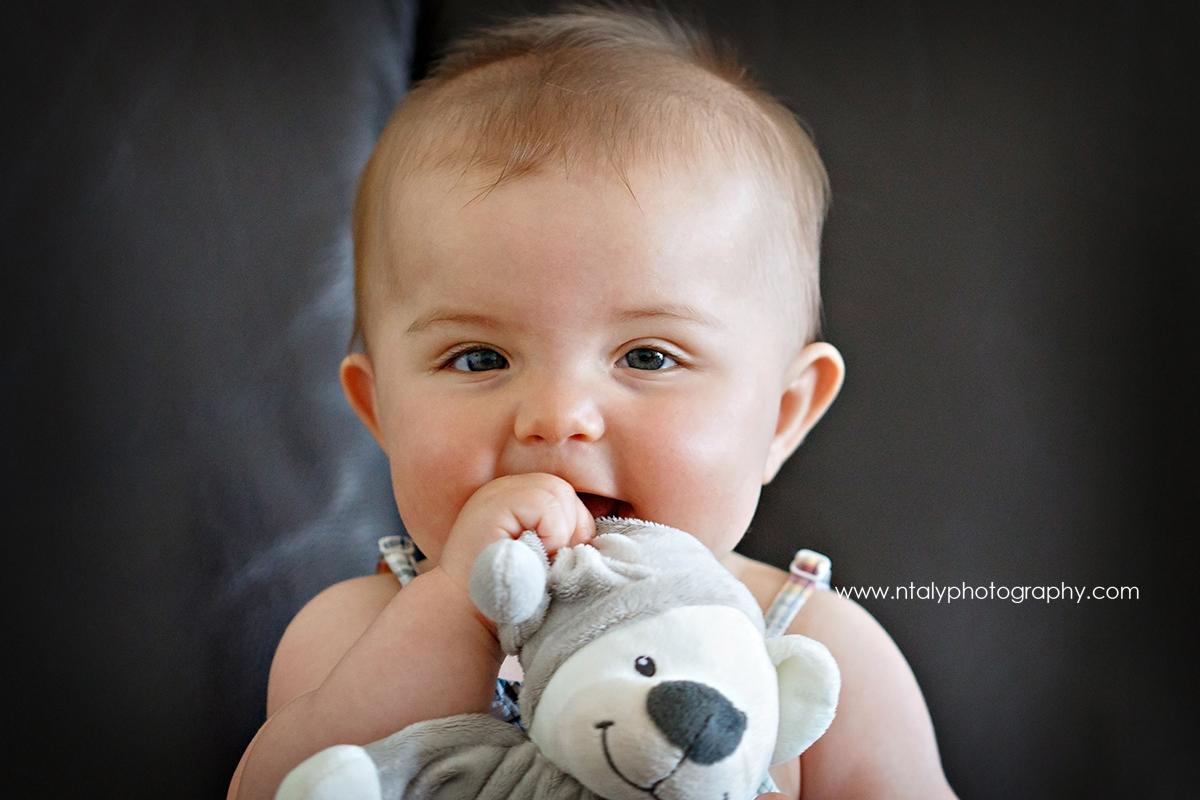 bebe 6 mois câlin doudou