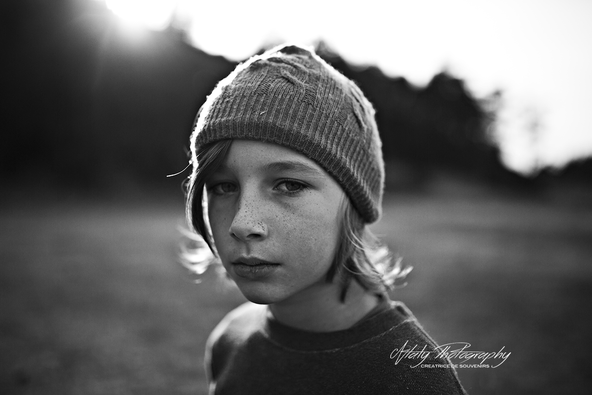 portrait enfant noir et blanc bonnet