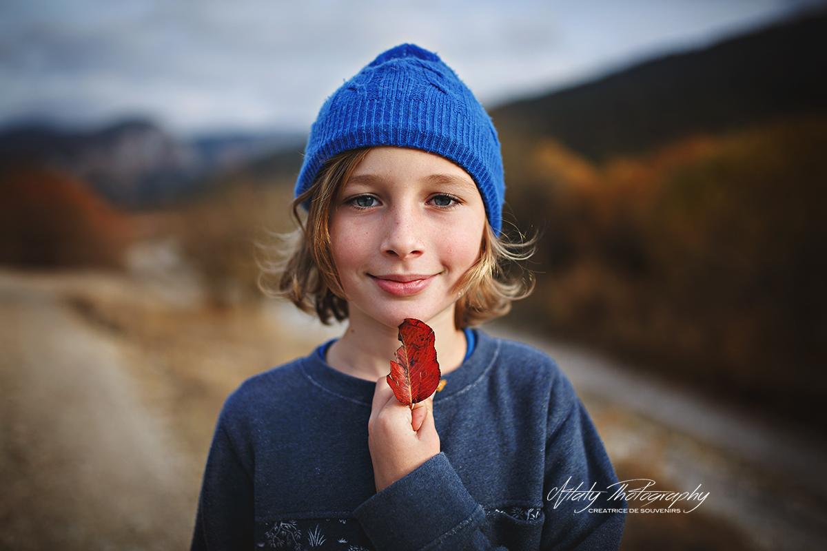 enfant feuille d'automne